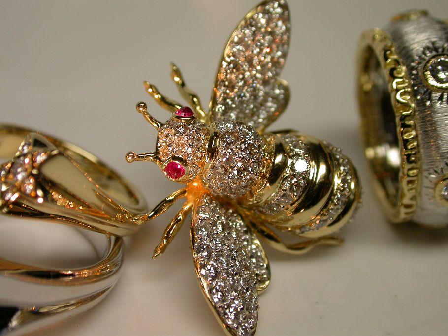 蜂のピンブローチ