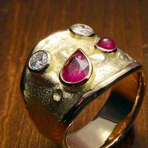月面をイメージしたルビーの指輪